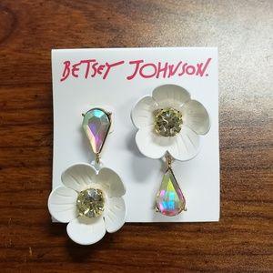 NWT Betsey Johnson White Flower Tear Drop Earrings